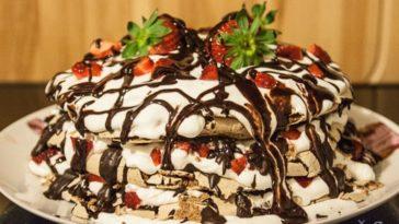 Receita de bolo merengue de chocolate com natas e morangos