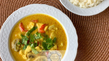Receita de Caril Tailandês de Frango e Legumes deliciosa