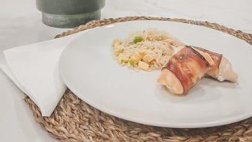 Receita dos Rolinhos de Frango de Queijo e Bacon com Arroz Xau-Xau